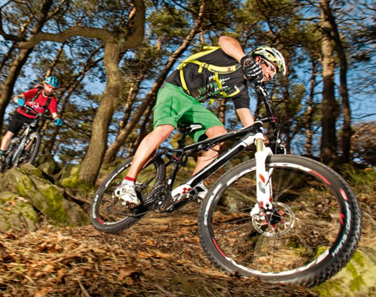 10 All Mountain Bikes um 2.000 Euro im Test mountainbike