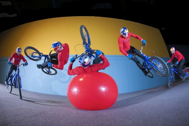MB-Danny-MacAskill-Drop-and-Roll-Tour-2014-Danny_MacAskil_Ball_Flip (jpg)
