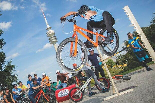 MB-Danny-MacAskill-Drop-and-Roll-Tour-2014-Fabio_Wibmer_Bar_Hop (jpg)