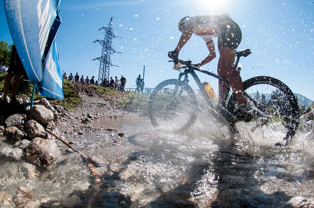 Worlds-2012_XC_Maasewerd_120908-aut-saalfelden-xco-men-kaess-river-splash-by-maasewerd (jpg)